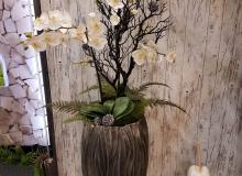 Arrangement mit künstlichen Orchideen