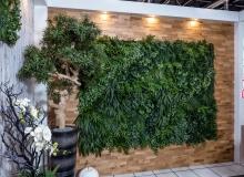 Pflanzenwand mit Kunstpflanzen