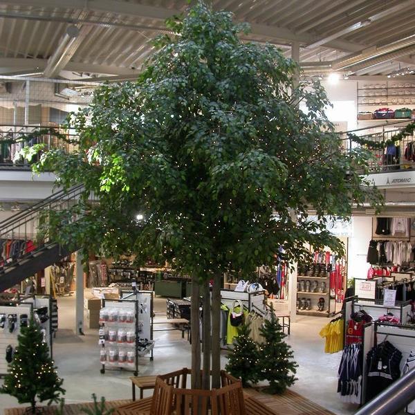 Raumbegrünung eines Einkaufzentrums mit einem grossen Ficus Kunstbaum.