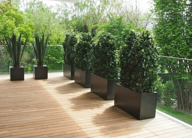 Terrassenbepflanzung mit winterfesten Kunstpflanzen in Pflanzgefässe.