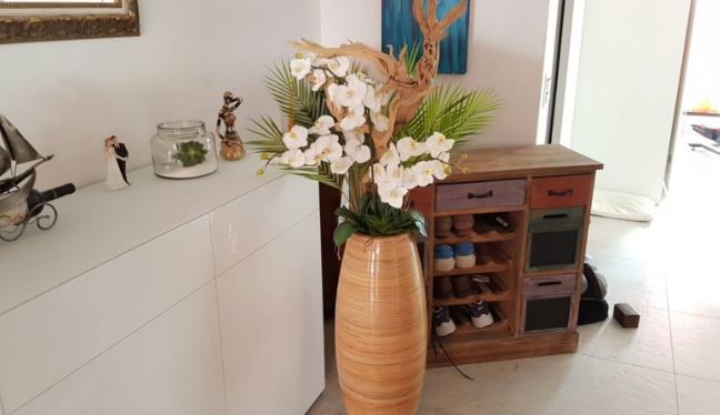 Kunstblumen Arrangement in einem Wohnzimmer