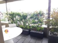Künstliche Bambus Hecken im Gefäss als Sichtschutz auf einem Balkon.