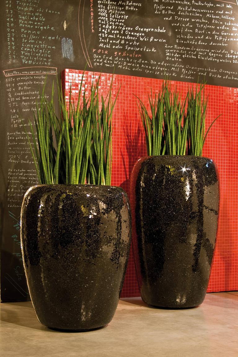 Exklusive PFlanzgefässe dekoriert mit hochwertigen Kunstpflanzen als Innenbegrünung.