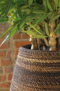 Exklusiver Topf mit Kunstbambus bepflanzt.