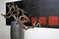 Edles Gefäss dekoriert mit Holz als Innendekoration.