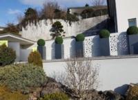 Gartengestaltung drausen mit künstlichen Buchskugeln.