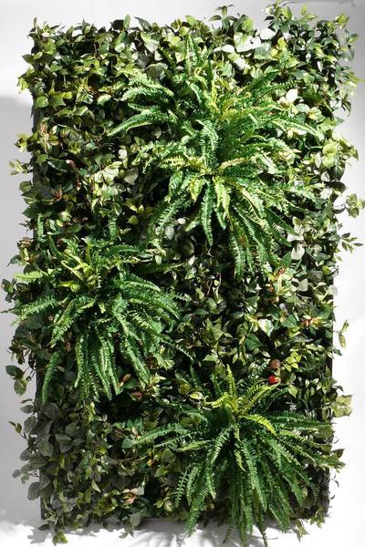 Wand mit künstlichen Pflanzen dekoriert.
