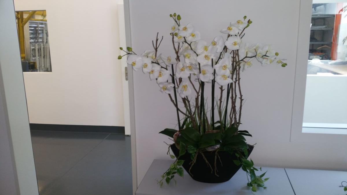 Bürobegrünung mit Kunstblumen Gesteck.