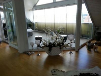 Innenraumgestaltung mit Kunstblumen in einer Schale arrangiert.