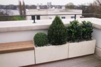 Kunstpflanzen Outdoor auf einer Terrasse in Töpfen.