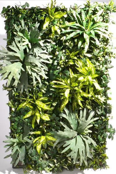 Innenbegrünung mit einer Kunstpflanzenwand.