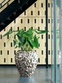 Exklusives Muschel Pflanzgefäss mit Kunstpflanze als Innenbegrünung.