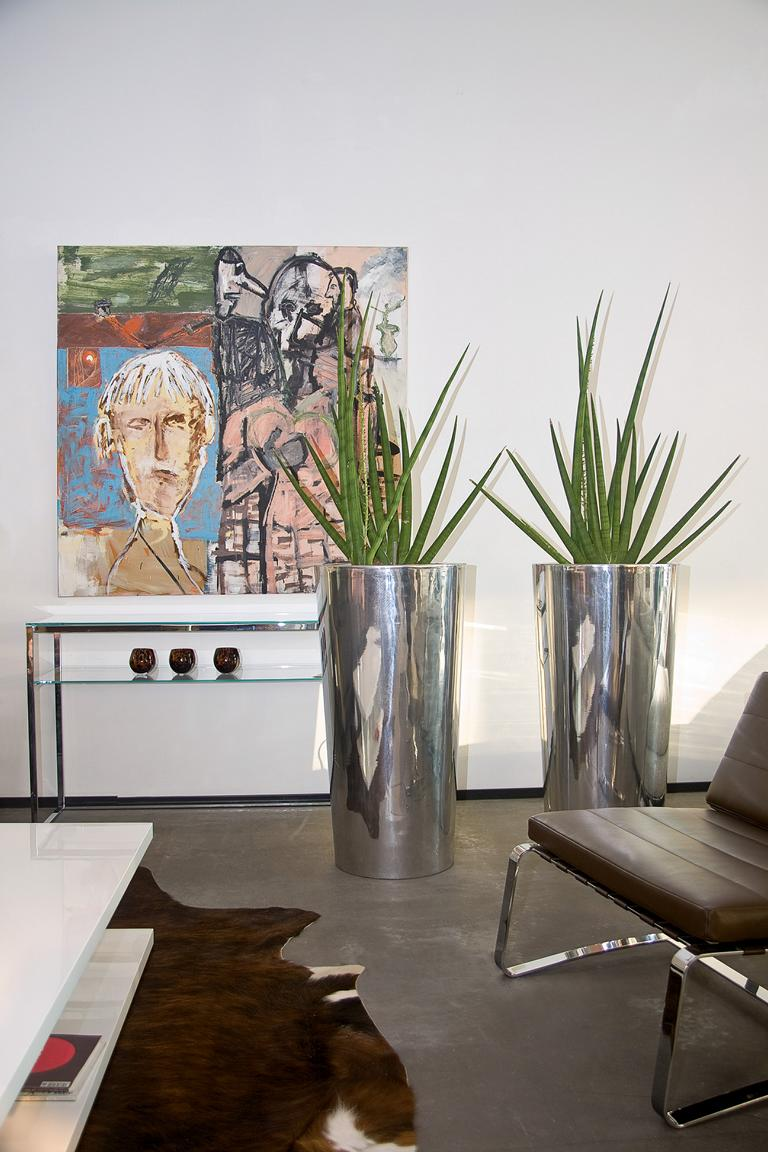 Indoorbegrünung mit Kunstpflanzen und Pflanzsäule.