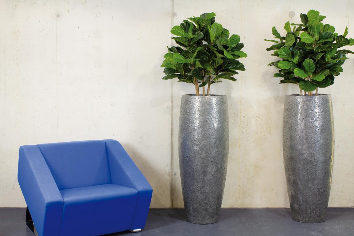 Sitzplatzgestaltung mit Pflanzen und edlen Gefässe.