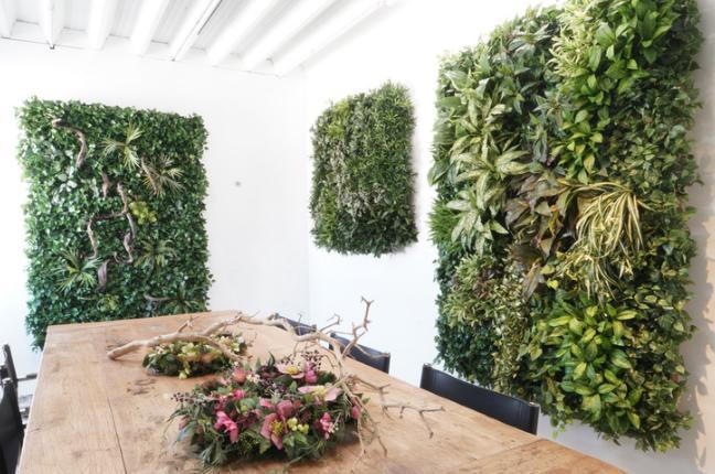 Wandbegrünung im Büro mit künstlichen Pflanzen.