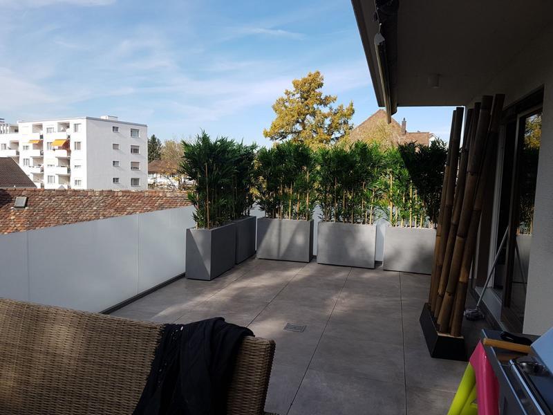 Künstliche, wetterfeste Bambus Hecken mit Töpfe auf Terrasse als Sichtschutz.