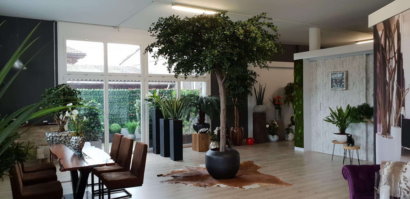 Ausstellung von Dekohaus mit künstlichen Deko Pflanzen und Kunstbäume.