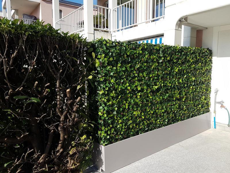 Gartengestaltung Sichtschutz mit künstlicher Efeu Hecke und Pflanzgefäss nach Mass.
