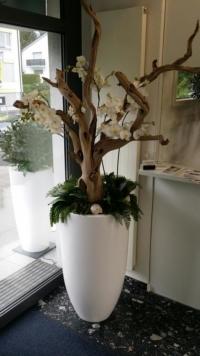 Grosses Kunstblumen Gesteck als Innebegrünung in einem Empfangsbereich.