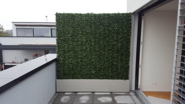 Attika Terrassengestaltung mit künstlicher Buchshecke und Pflanzgefäss nach Mass.