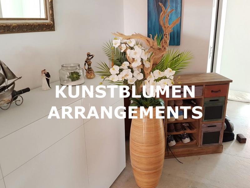 Hcohwertiges Kunstblumen Arrangements in edlem Pflanzgefäss.
