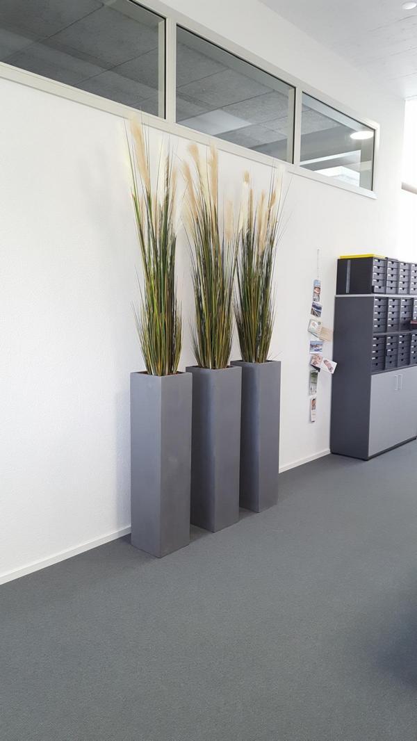 Bürobegrünung mit Kunstgräser in hohe Gefässe.