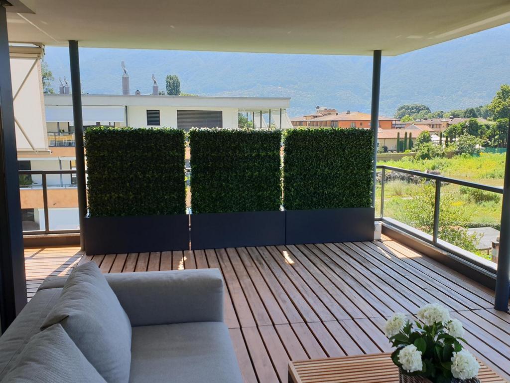 Bepflanzung Aussen mit exklsuiven Kunsthekcen auf Terrasse als dekorativen Sichtschutz.