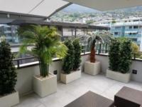 Attika Terrassengestaltung mit Outdoor Kunstpflanzen in Kübel.