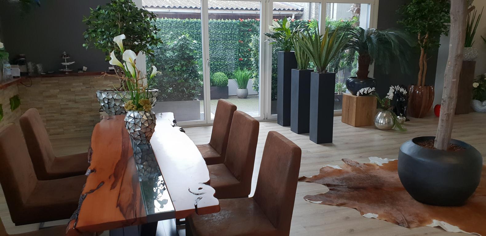 Ausstellung von Dekohaus mit grosser Auswahl an hochwertigen Kunstpflanzen