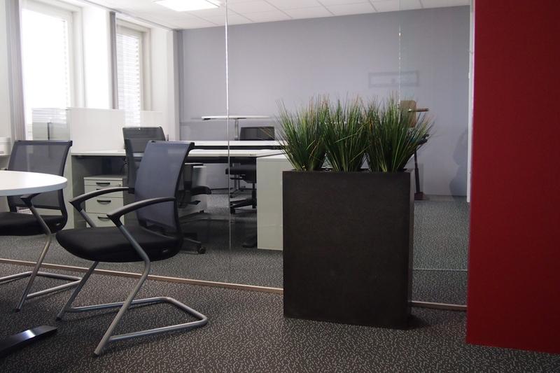 Begrünung Büroraum mit künstlichen Pflanzen als Raumteiler.