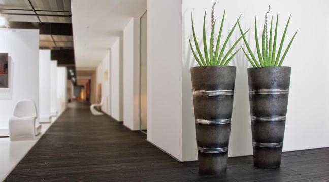 Innenbegrünung mit hochwertigen Kunstpflanzen in edlen Pflanzgefässe.