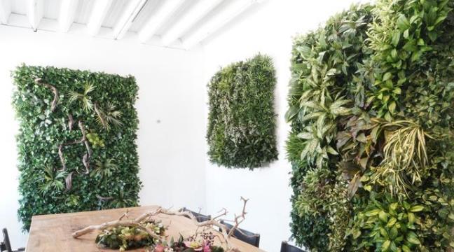 Dekoration mit künstlicher Vertikalbegrünung im Innenraum.