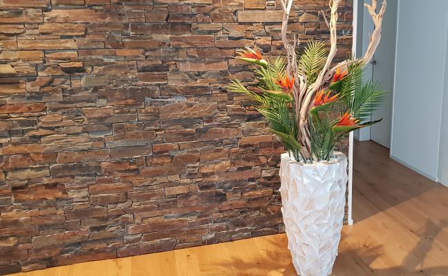 Begrünung Innen mit Kunstblumengesteck in edlem Muschel Pflanzgefäss.