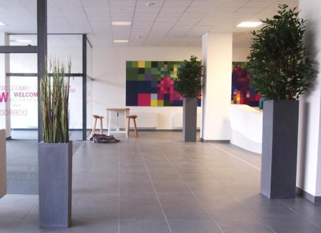 Raumgestaltung innen mit künstlichen Pflanzen und Bäume.