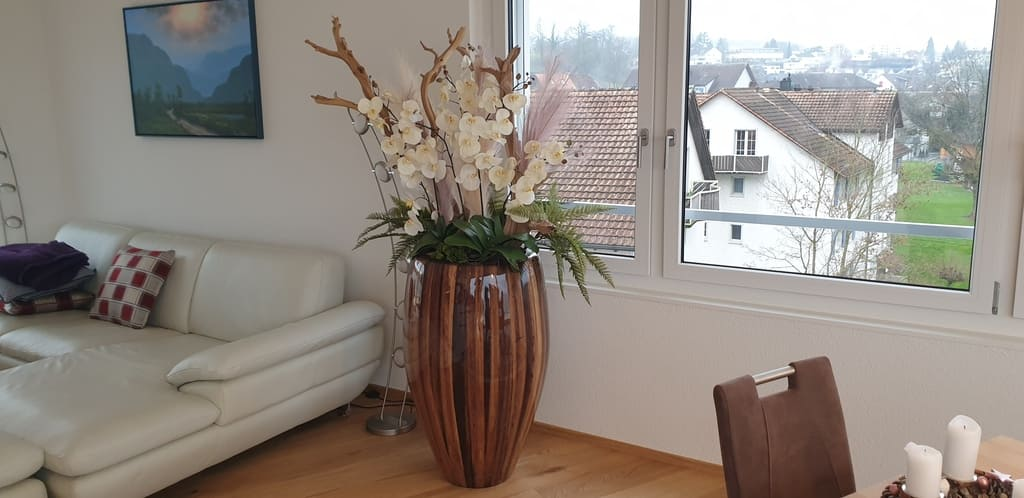 Bepflanzung Wohnzimmer mit künstlichem Orchideengesteck