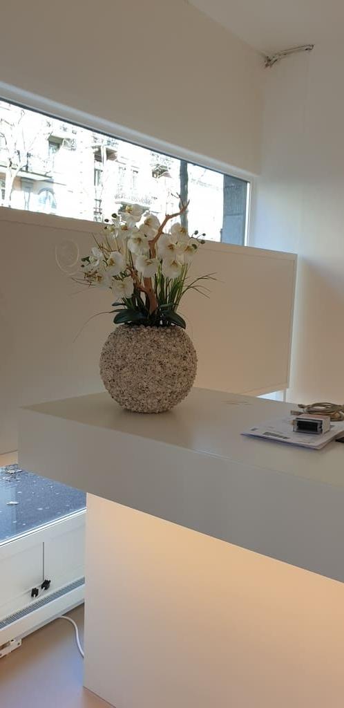 Begrünung Empfang mit Kunstblumengesteck