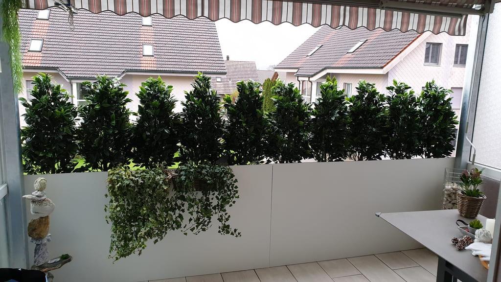 Sichtschutz Balkon mit Lorbeer-Kunstpflanzen
