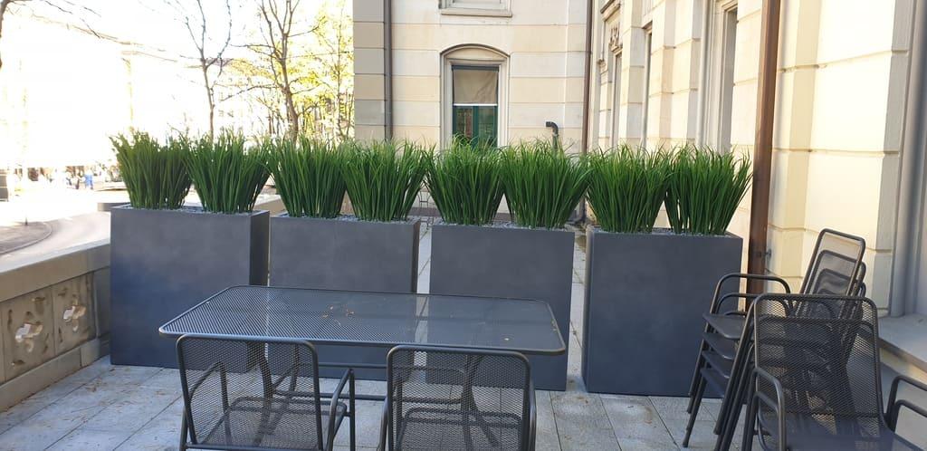 Sichtschutz Kunstgräser Outdoor auf Terrasse in hohen Pflanzgefässe
